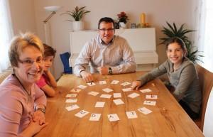 Familie spielt Zicke Zacke