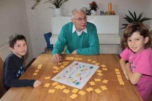 Opa spielt mit Enkelkindern Buchstabenspiele
