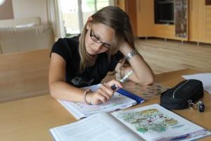 Mädchen mit Legasthenie in den Fremdsprachen