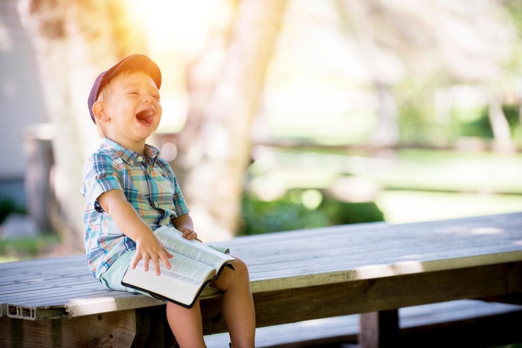 Lesender kleiner Junge_klein
